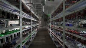Computer voor Bitcoin-mijnbouw Cryptocurrencycomputer met vele randgroeven stock videobeelden