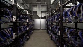 Computer voor Bitcoin-mijnbouw Cryptocurrencycomputer met vele randgroeven stock video