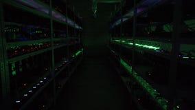 Computer voor Bitcoin-mijnbouw Cryptocurrencycomputer met vele randgroeven stock footage