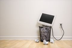 Computer in vuilnisbak. Stock Afbeelding