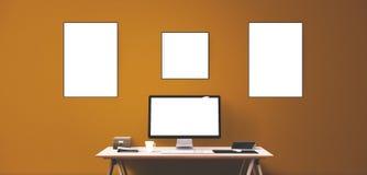 Computeranzeigen- und -bürowerkzeuge auf Schreibtisch Lizenzfreie Stockfotografie