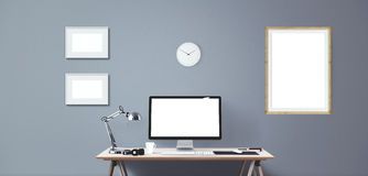Computeranzeigen- und -bürowerkzeuge auf Schreibtisch Lizenzfreies Stockbild