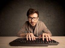 Computeraussenseiter, der auf Tastatur schreibt Stockbild
