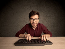 Computeraussenseiter, der auf Tastatur schreibt Stockbilder