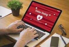 Computerdesktop het online dateren Royalty-vrije Stock Afbeeldingen