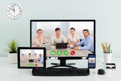 Computerdesktop met Digitale Tablet en Mobilofoon op Bureau Royalty-vrije Stock Fotografie