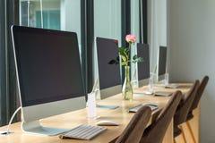 computerdesktop met toetsenbord, agenda en andere toebehoren op t Royalty-vrije Stock Afbeeldingen