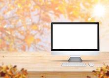 Computerdesktop met toetsenbord en muis op houten lijst met onduidelijk beeld Royalty-vrije Stock Foto's