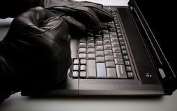 Computerdiebstahl durch Mann auf Laptop lizenzfreie stockfotografie
