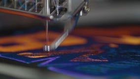 Computergesteuertes Maschinenstickerei industrielles Nähen stock video footage