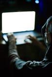 Computerhacker, der an Laptop in der Dunkelheit arbeitet Lizenzfreies Stockbild