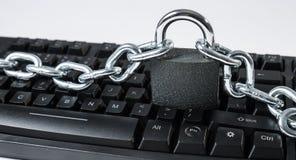 Computerhacker-Spionage Cyberattack, Tastatur mit Kette Lizenzfreie Stockbilder