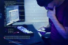 Computerhakker het binnendringen in een beveiligd computersysteem voor belangrijk document royalty-vrije stock afbeeldingen