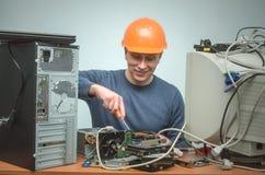 Computerhersteller De ingenieur van de computertechnicus De dienst van de steun stock afbeelding
