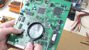 Computeringenieur Examining Motherboard stock footage