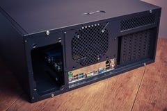 Computerkasten auf einem Holztisch Stockbild