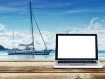 Computerlaptop met het lege witte scherm op houten lijst stock afbeeldingen