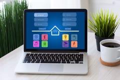 Computerlaptop met slim huis op het huisruimte van het het schermbureau stock afbeeldingen