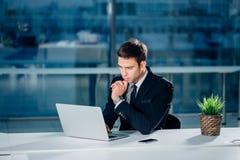 An Computerlaptop online arbeiten, Geschäftsmann, Person, die wifi Internet verwendet stockbilder