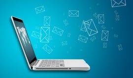 Computerlaptop verzendt e-mailconcept Stock Afbeeldingen