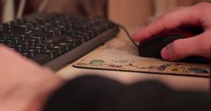 Computermaus in der Hand stock video footage
