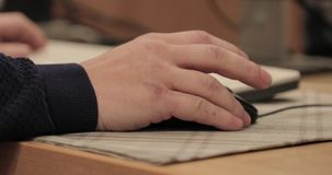 Computermaus in der Hand stock footage