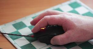 Computermaus in der Hand stock video