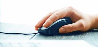 Computermaus mit der Hand Stockbild