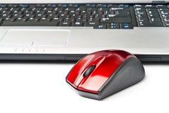 Computermaus und -notizbuch lokalisiert auf weißem Hintergrund Lizenzfreie Stockfotos