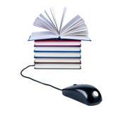 Computermaus und Stapel Bücher Stockbilder