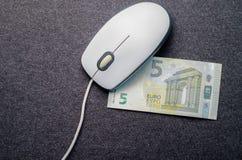 Computermuis, geld op een donkere achtergrond Royalty-vrije Stock Afbeeldingen
