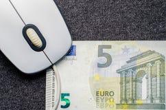 Computermuis, geld op een donkere achtergrond Stock Fotografie