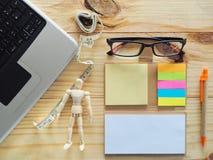 Computernotitieboekje en het meten van band op de lijst Betekenis van Online Manier Handel stock fotografie