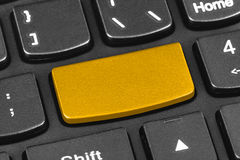 Computernotizbuchtastatur mit leerem gelbem Schlüssel Lizenzfreie Stockfotografie