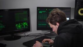 Computerraum im Keller Ein Mann überprüft die Informationen über Ihren Smartphone Informationen über Ihren Computer sind stock video