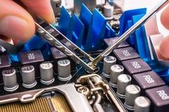 Computerreparatie, installatiemotherboard Stock Afbeeldingen