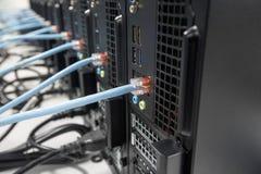 Computers aan het netwerk worden aangesloten dat Royalty-vrije Stock Foto