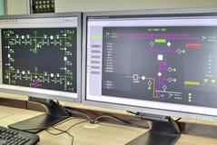 Computers en monitors met schematisch diagram voor toeziend, controle en gegevensaanwinst Royalty-vrije Stock Afbeeldingen