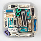 Computerschakelaars en adapters in plastic kruik Royalty-vrije Stock Foto