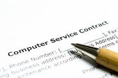 Computerservice-Vertrag mit hölzernem Stift lizenzfreie stockfotos