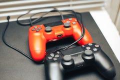 Computerspielwettbewerb Spielkonzept rote und schwarze Steuerknüppel auf schwarzem Hintergrund stockfotografie