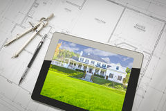 Computertablet die Huisbeeld op Huisplannen tonen, Potlood, Comp Stock Fotografie