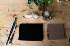 Computertablette auf dem Holztisch nahe bei dem Schädel eines Fuchses Kreative kreative Männer des Arbeitsplatzes Stockfoto