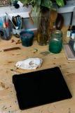 Computertablette auf dem Holztisch nahe bei dem Schädel eines Fuchses Kreative kreative Männer des Arbeitsplatzes Lizenzfreies Stockfoto