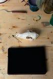 Computertablette auf dem Holztisch nahe bei dem Schädel eines Fuchses Kreative kreative Männer des Arbeitsplatzes Lizenzfreies Stockbild