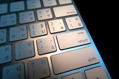 Computertastatur in der weißen Farbe summen Sie betreten herein Knopf laut Lizenzfreie Stockfotografie