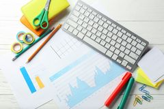 Computertastatur, -dokumente und -briefpapier auf hölzernem Hintergrund, flache Lage ArbeitsplatzTabellenaufbau stockbilder