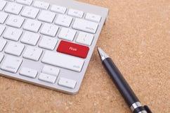 Computertastatur mit Wort Risiko kommen an Knopf Stockfotos