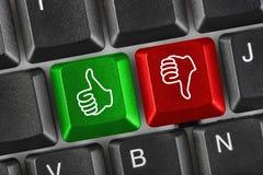Computertastatur mit zwei gestikulierenden Händen Lizenzfreie Stockfotos