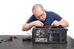 Computertechnicus die die computersysteem herstellen op wit wordt geïsoleerd Stock Fotografie